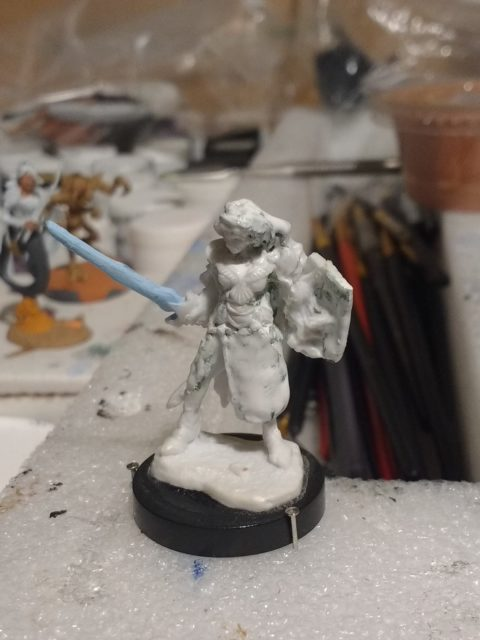The Aviriel Tellerion miniature from Reaper Bones primed with white gesso.